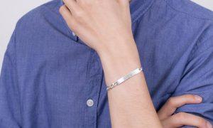 srebrna bransoletka męska na ręku
