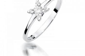ciekawy model pierścionka z białego złota